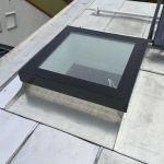 SkyVision FIXED - festverglastes Oberlicht mit Blick ins Innere auf Flachdach mit leichter Neigung