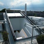 Dachschiebefenster DS - dreiteilig offen mit Blick auf Treppen