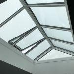 Glassatteldach mit offenen Fenster von Innen